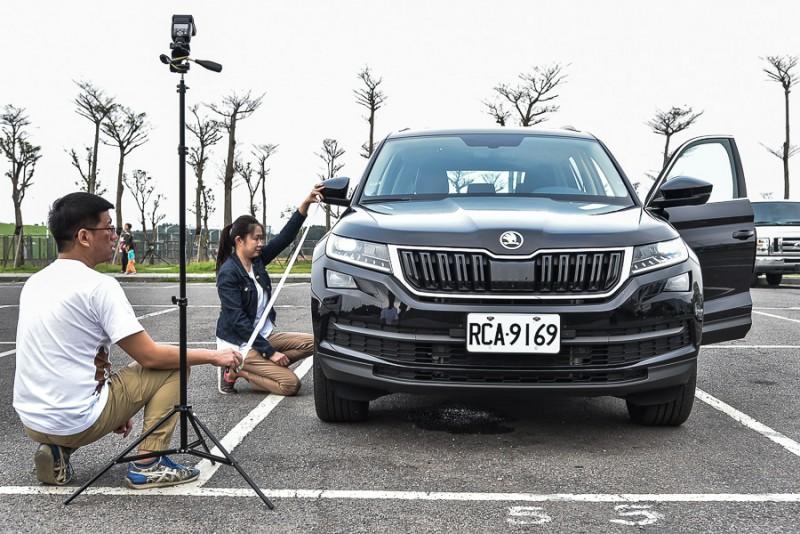 位於後視鏡上車側攝影鏡頭的拍攝範圍如上二圖所示,男同事的手與女同事的臉部以上、膝蓋以下都不在可見範圍