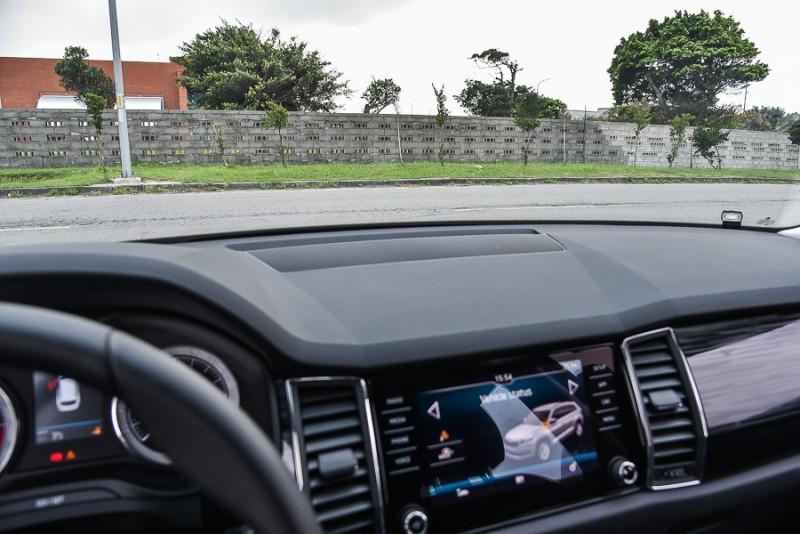 雖然燈腳全降後比假盲區與駕駛視線可見的最低點80公分略高,移至A柱底端駕駛最後能看見位置,發現這位置其實已經完全在車側鏡頭拍攝範圍中