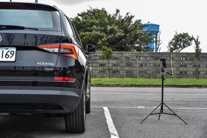 就算燈腳移到駕駛視線的右側B柱盲區,此時燈架頂端離車身約為110公分,也在側面影像中