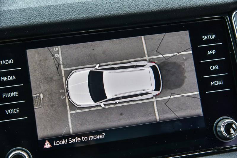 那麼車後是不是也存在著假盲點呢?根據實際測試,車後的障礙物或人必須向同事這樣緊貼著車身與尾燈而且不能稍微靠左或靠右才會從螢幕上消失,但是後方雷達與後視鏡同樣都能輕鬆識破假盲區中的障礙物