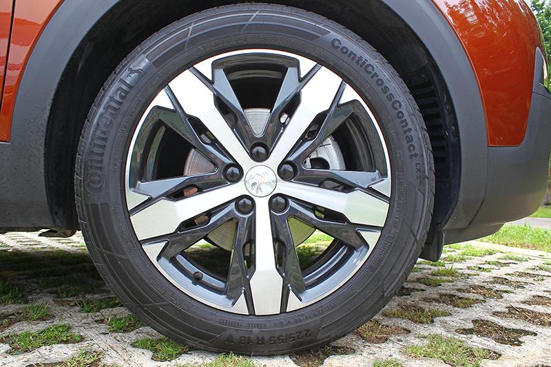 18吋胎圈是連同Grip Control抓地力控制系統一起選的,原車標配215/65 R17胖胖胎。