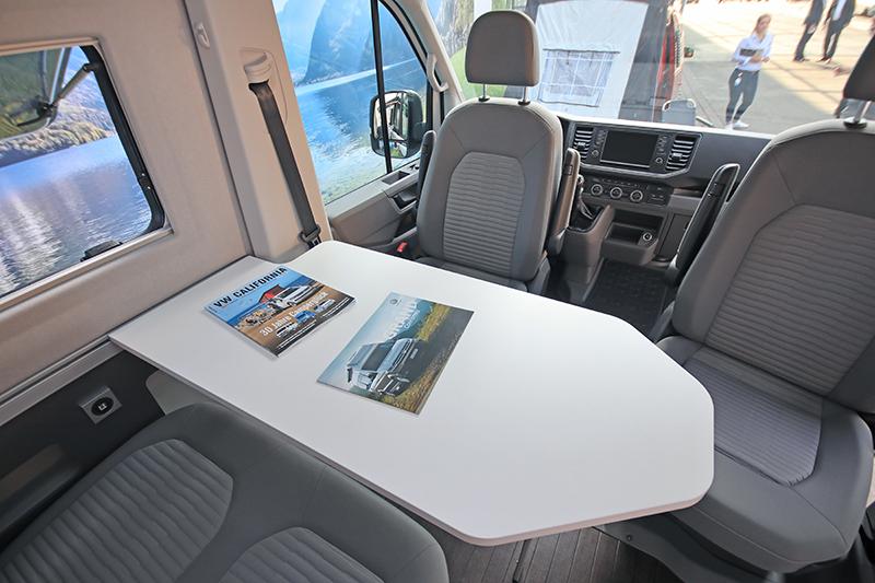 前座依舊保有旋轉功能,加上第二排座椅以及折疊桌,創造出兼顧用餐與工作需求的空間。