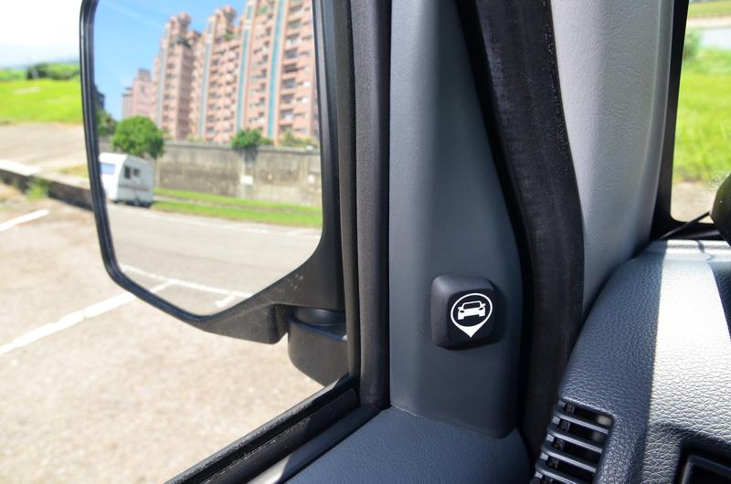 A柱下方有盲點偵測警示燈號,後方有來車時會以閃爍及音訊提醒