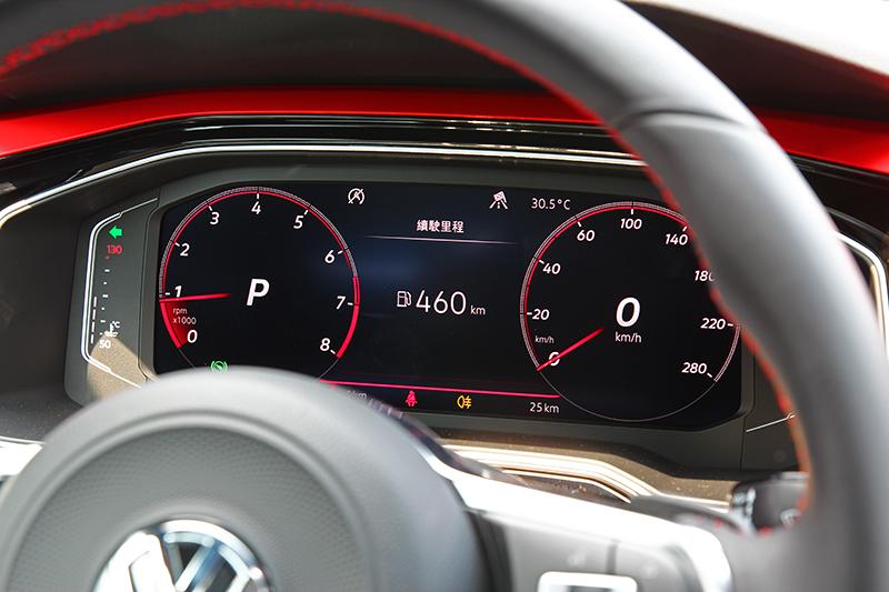 Polo GTI標配10.25吋數位儀表,但在賽道上誰有空去理會,不過一般道路用車卻相當實用。