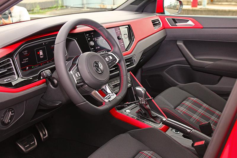 Polo GTI座艙雖與beats車型相同都有配置紅色飾鈑,但座椅則是GTI專屬的經典格紋跑車座椅。