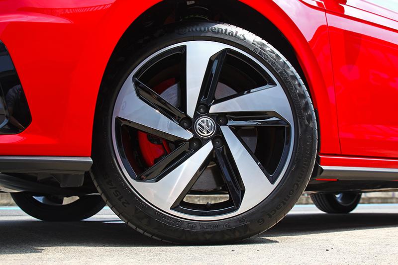 重煞車頭會扭動,所配置的17吋Continental PC6輪胎是可以更好的部分。