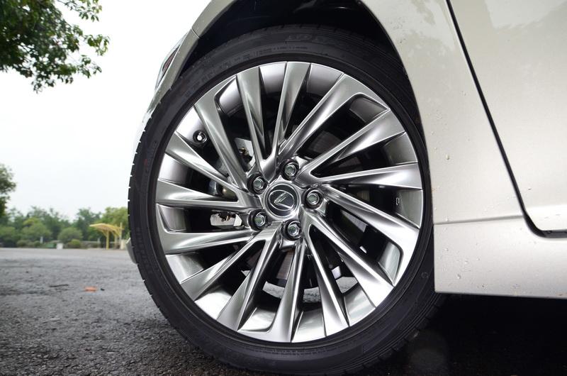可降低輪胎滾動噪音的降躁鋁圈為ES 300h的獨門配備