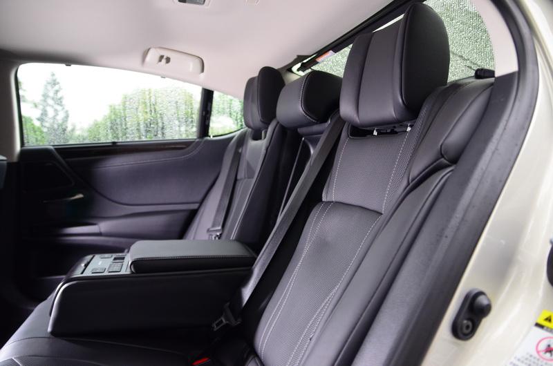 旗艦版的後座椅還多了8度的椅背傾斜度調整