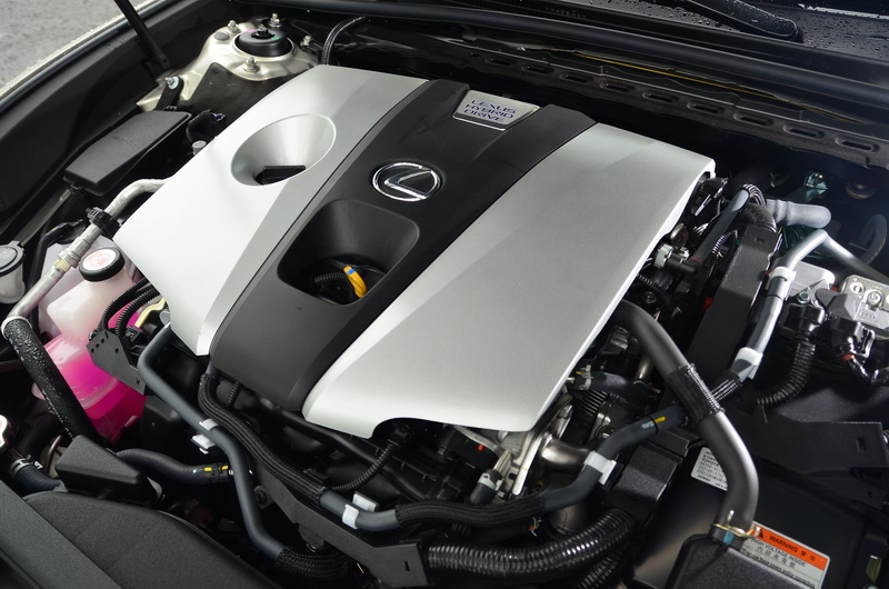 ES 300h引擎採用與ES 250相同的2.5升4缸自然進氣引擎,還多了兩具電動馬達的輔助