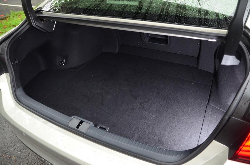 電池位置移至後座椅下方後,除了重心更低之外,行李箱空間也不再被電池所佔據