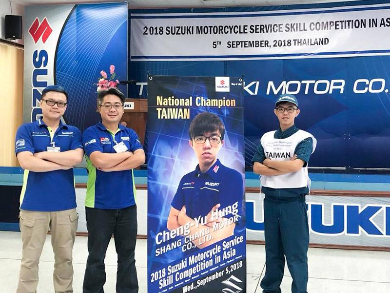 台灣選手參加在泰國舉辦的亞太技能競賽(由右至左, 分別是洪誠郁選手, 高健倫技術翻譯官, 鄭榮興技術指導教官)。