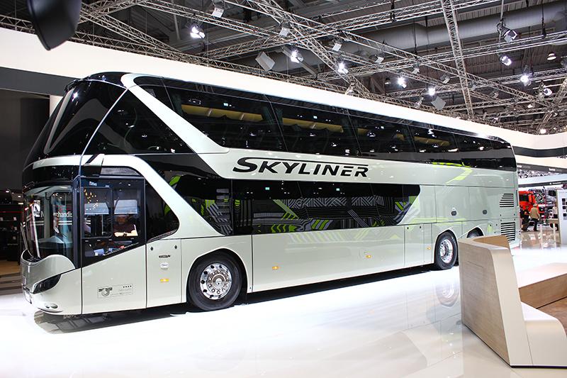 一輛雙層巴士就這樣橫在眼前,而且還可以自由入內參觀。