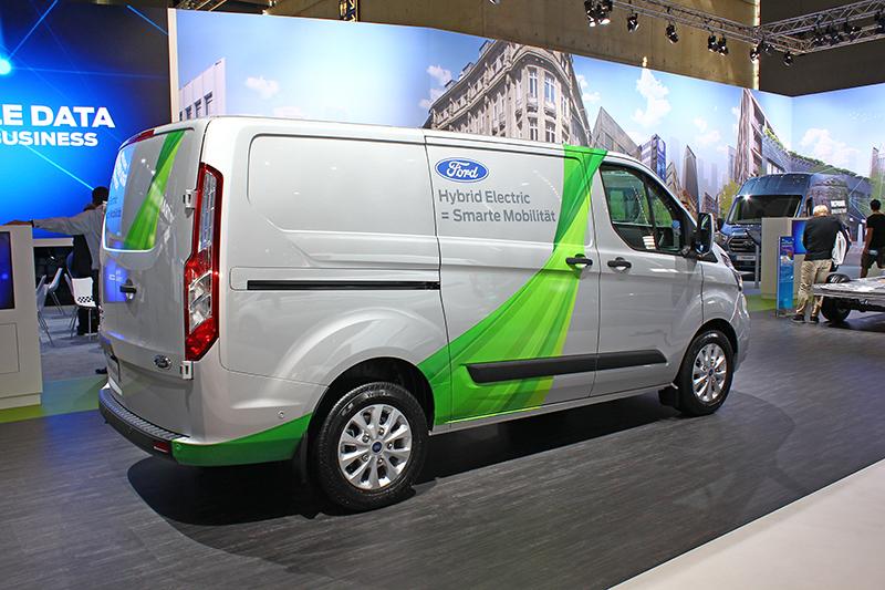 從封住的後窗,就知道Transit Custom的用途以載運貨物為主,而眼前這輛則採用兼容1.0 EcoBoost引擎的PHEV插電式油電複合動力。