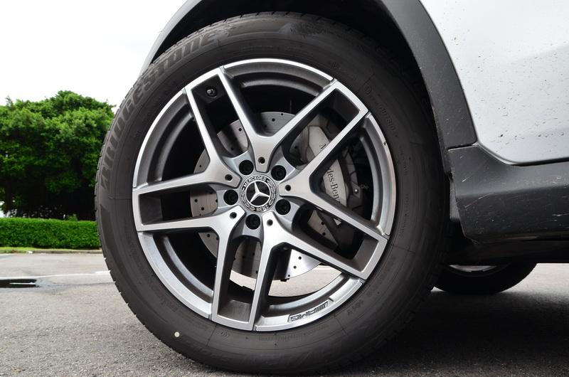 輪圈同樣升級為AMG 19吋五幅雙肋式
