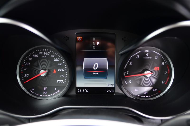雙筒式多功能儀表的中央顯示幕升級為全彩螢幕