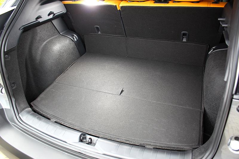原本即有428升容積的行李廂底板相當平整。
