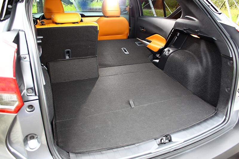 將可6/4分離的後座椅背放倒,可將置物容積再行大幅擴張。