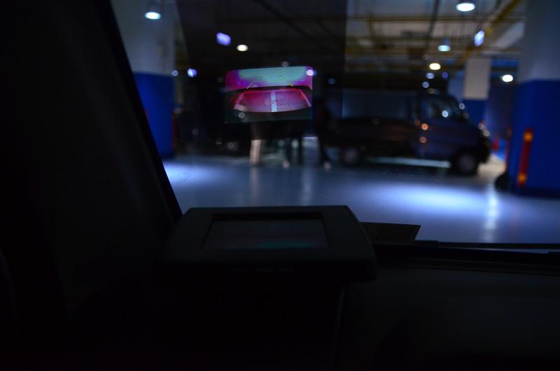 選配的抬頭顯示器除了可顯示基本行車資訊外,還可以在倒車時顯示車後影像,這也是在平價輕商車中首見配備。