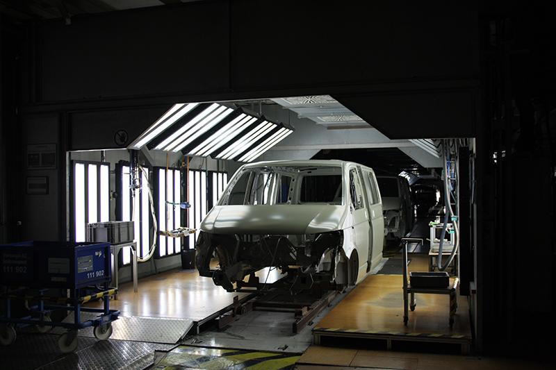 當車體組裝完成後則進入噴塗區域,
