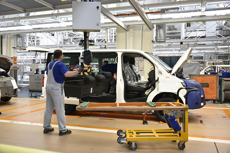 裝設座椅也是採取人力與機械合作的方式完成。