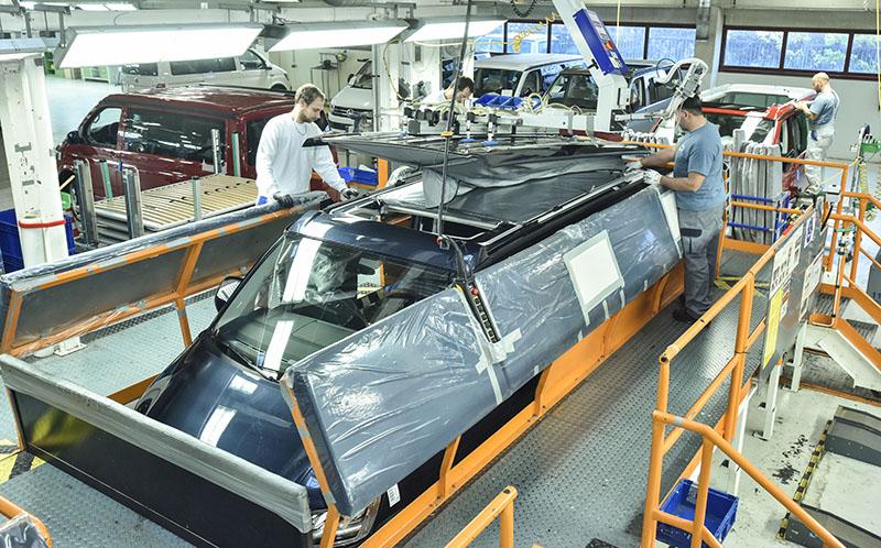 將車頂帳與車體相結合時,需要架高的作業空間以便利作業。