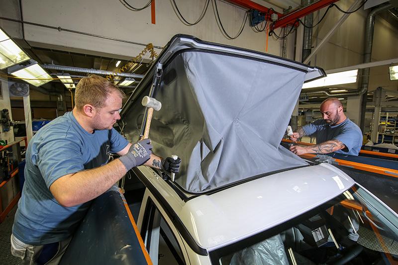 裝上車頂帳,仍須以手工將膠條敲入卡槽。