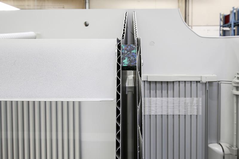 櫥櫃板材是以鋁合金打造而成,並具備宛如瓦楞紙板般的結構設計以確保強固。