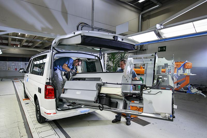 櫥櫃等部件組裝完成後,便可以利用機械手臂輔助以人力裝進車內。