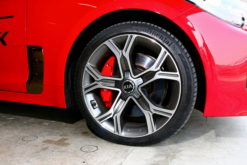 2.0升車型與3.3升車型都配置19吋輪圈,其差異僅有造型不同。(此為3.3升車型輪圈)