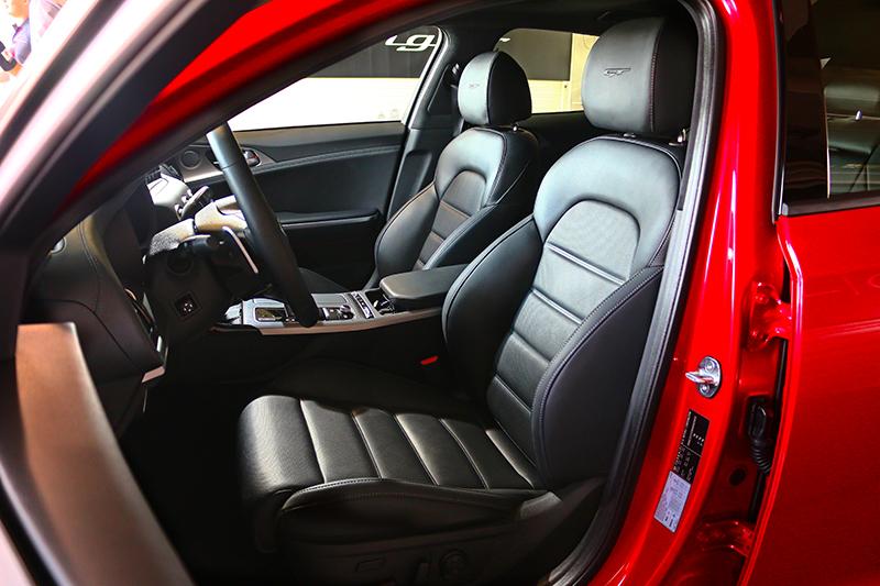 3.3升車型座椅採Nappa真皮材質,且於側向包覆亦具有調整功能。