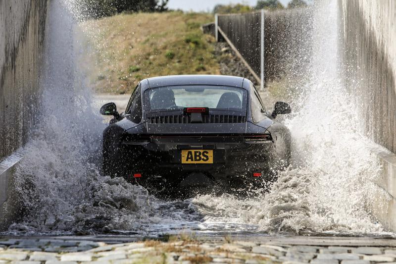 面對氣候變遷,車輛遇到積水路面的機率大增,所以就算是跑車,也得進行積水路面的測試。