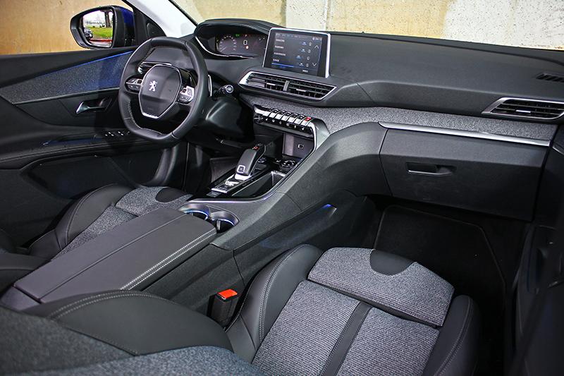 i-Cockpit座艙真是近期表現最搶眼的設計風格了,多重材質卻依舊能夠搭配得兼顧質感與時尚。