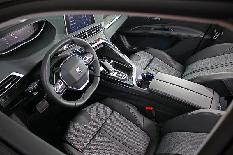 再換個角度看座艙,要我的車也這麼漂亮該有多好?
