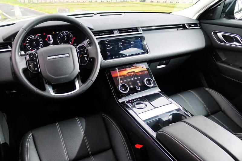 Range Rover Velar全面導入數位化座艙,中控台以兩具10吋的Touch Pro Duo處控螢幕與三只旋鈕取代了所有的控制介面。