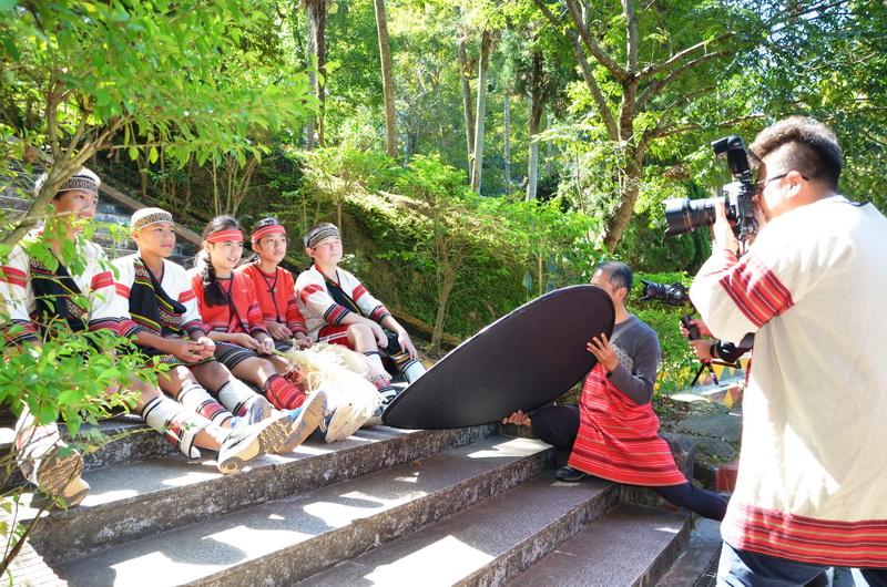 熱血攝影師楊文逸每年3-5月會邀集攝影同好一起上山為小朋友拍攝畢業照