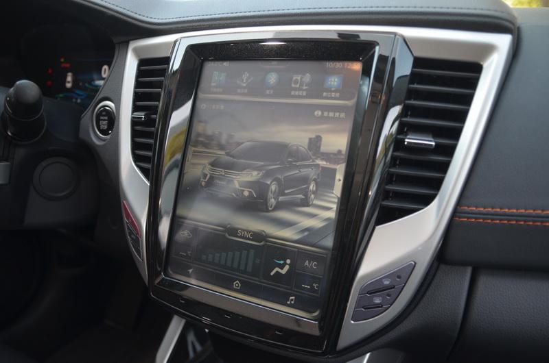 將原有的螢幕與空調按鈕通通整合進超大面板內