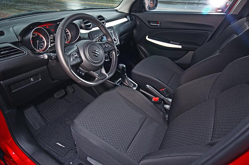 以黑色系為基調的高質感座艙,卻能透過跳色的烤漆飾條妝點得車室更具特色。