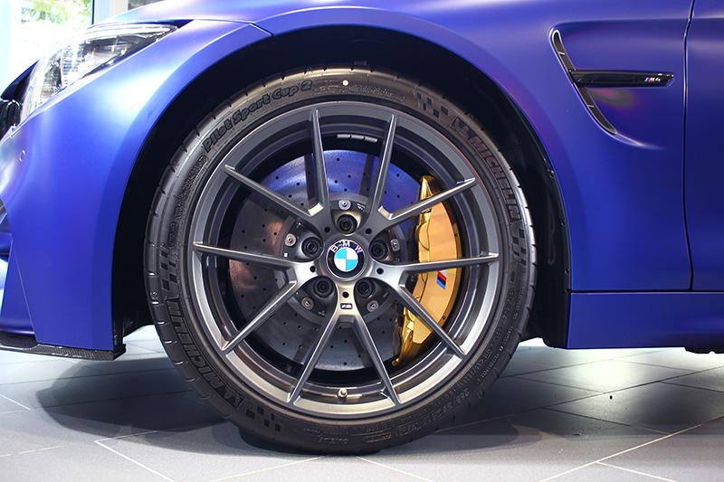 DTM式樣的灰色塗裝輕量化鋁合金輪圈,也是減輕簧下重量的一大功臣。