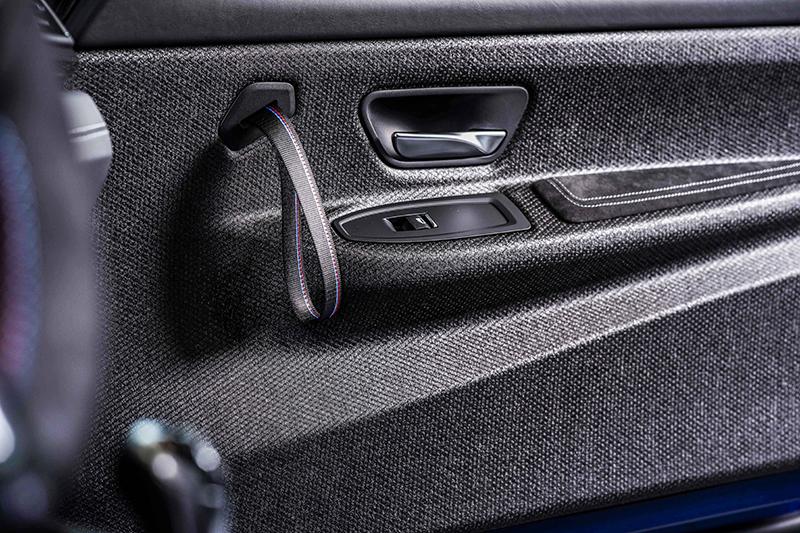 車門內飾改以硬質纖維板偷輕,門把甚至採取廠車級布質拉環設定。