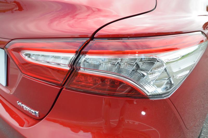 尾燈造型比起前一代的面積更為狹小,內部燈具採用ㄈ字形LED燈條作為主軸