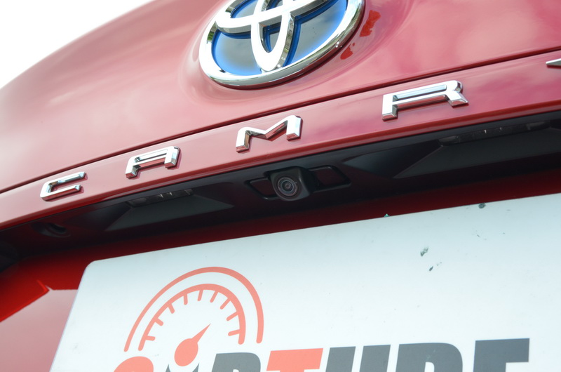 車牌框上方藏有倒車攝影鏡頭