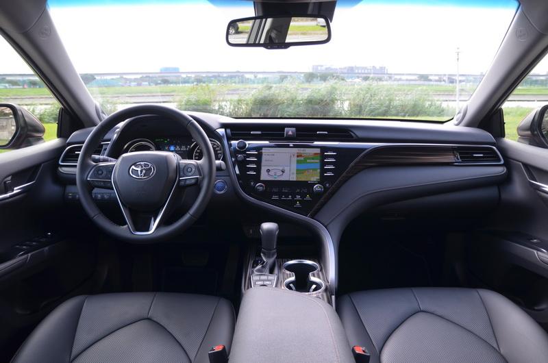 大改款Camry的車艙設計以駕駛導向為整體的設計主軸