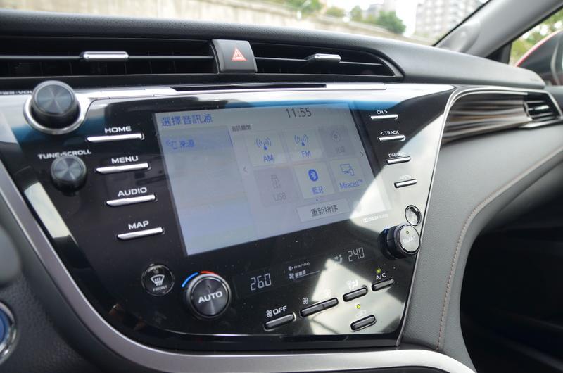 中控螢幕在線條的分化下在視覺感受上同樣朝著駕駛側偏去