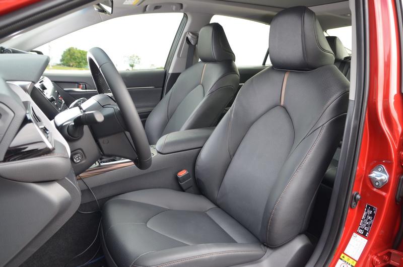 前座椅在肩部支撐上有所加強,泡棉的支撐性也更為扎實