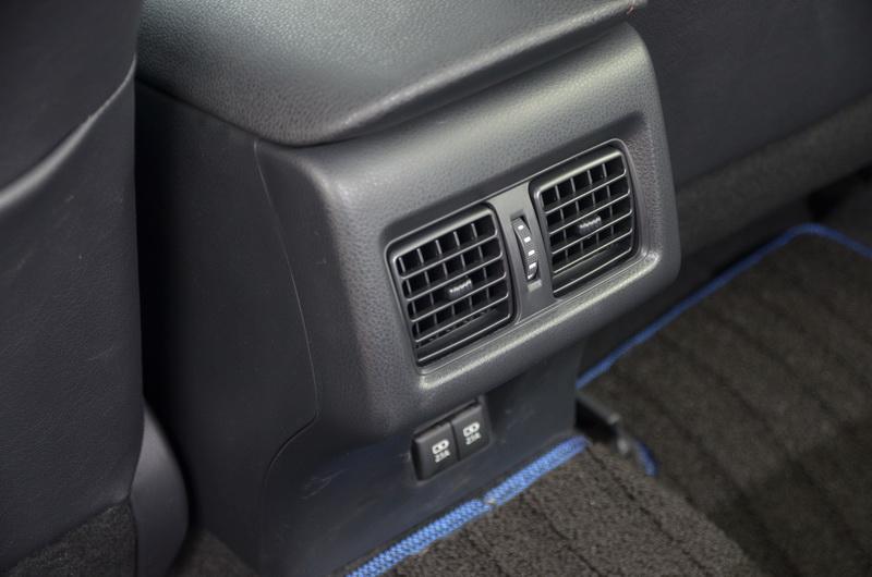 後座除了有獨立通風口外,下方還具備有充電插座