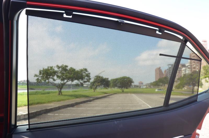 後車窗配有手動式遮陽簾