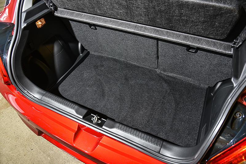 SUZUKI SWIFT擁有265升工整充裕的行李廂空間,如有不足,更可透過6/4分離傾倒後椅背有效延伸擴大容積。