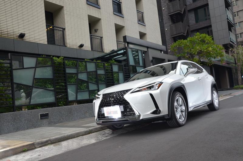 UX擁有時尚外型與靈巧車身,相當符合原廠將其設定為Urban Crossover的形象