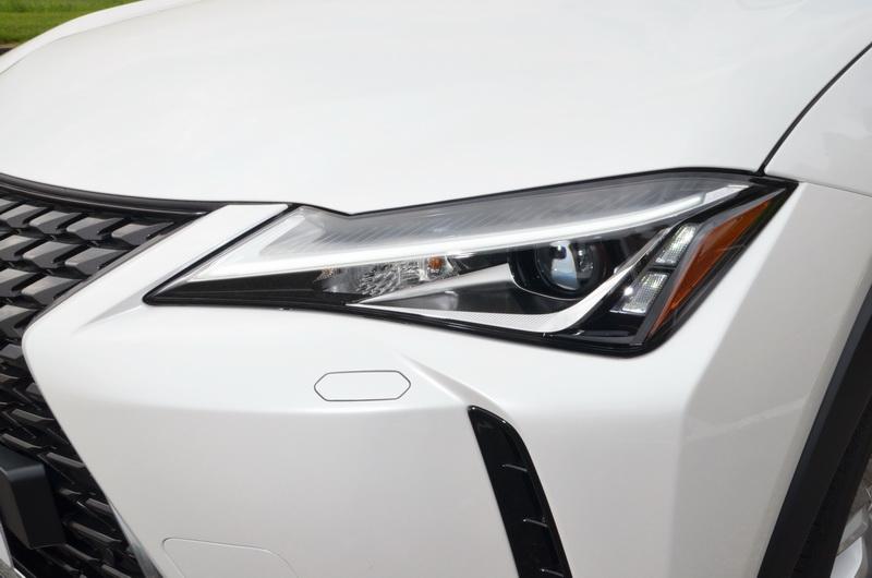 箭頭型LED日型燈造型相當搶眼,圖中UX 200搭配的是單顆LED頭燈