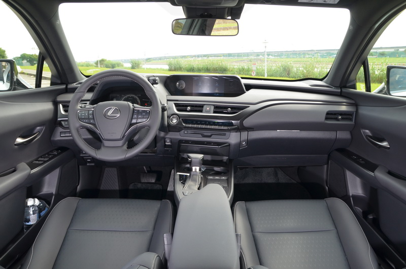 一股熟悉的Lexus高質感車艙同樣複製於UX的內裝鋪陳上